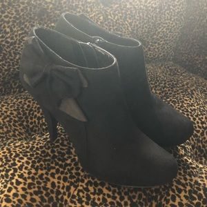 Size 7.5 Black Bow Booties
